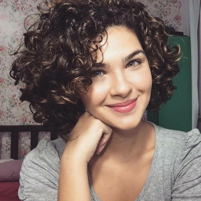 cortes pelo rizado mujer con ojos verdes cabello corto con raya al costado - Pelo Corto Rizado