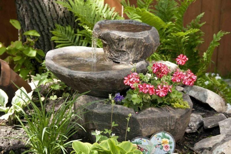 Garten Brunnen Aus Stein 30 Ideen Fur Dekorative Zierbrunnen Rustikaler Garten Brunnen Garten Gartenbrunnen