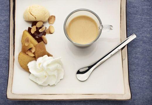 Postre de café con vainilla, manzanas y macarrones de almendra