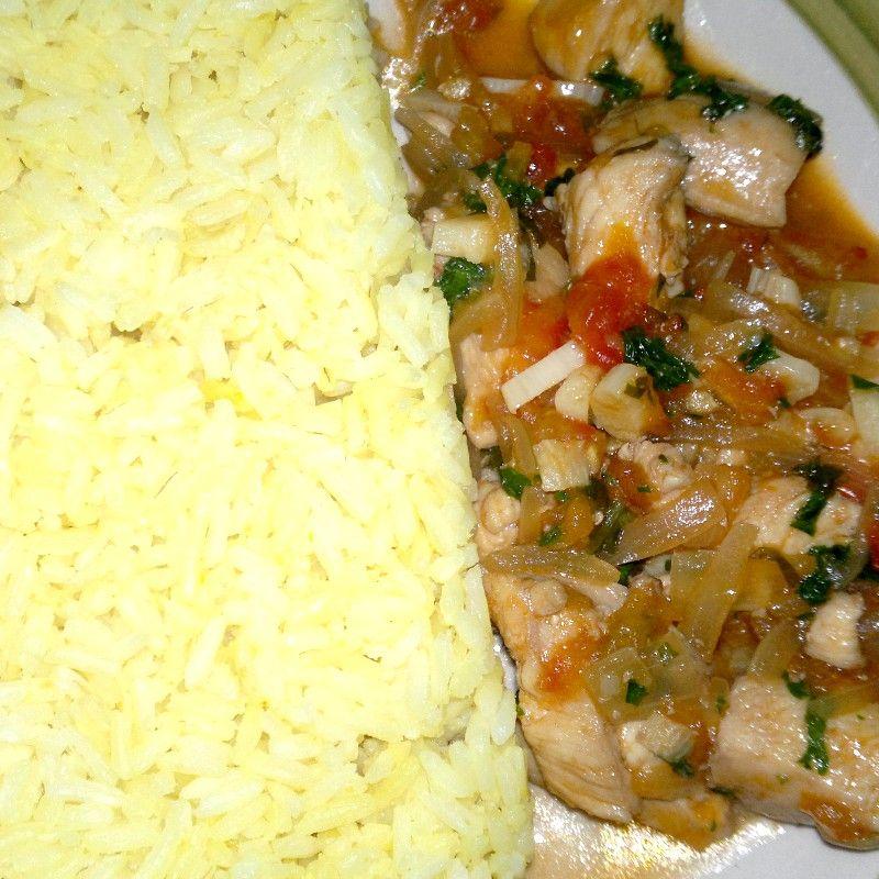 Arroz amarillo y pollo con tomate y ajo
