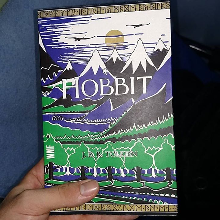Ainda bem  Disse Bilbo rindo e ofereceu-lhe a vasilha de fumo. Terminei de ler O Hobbit.