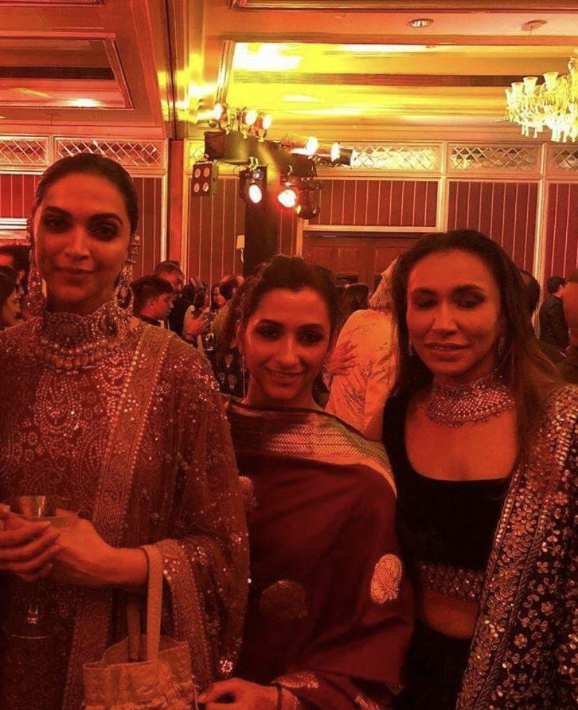 Deepika Padukone Looks Divine As She Decks Up For Her Friend S Wedding With Sister Anisha Padukone Hungryboo Friend Wedding Deepika Padukone Alia Bhatt Cute