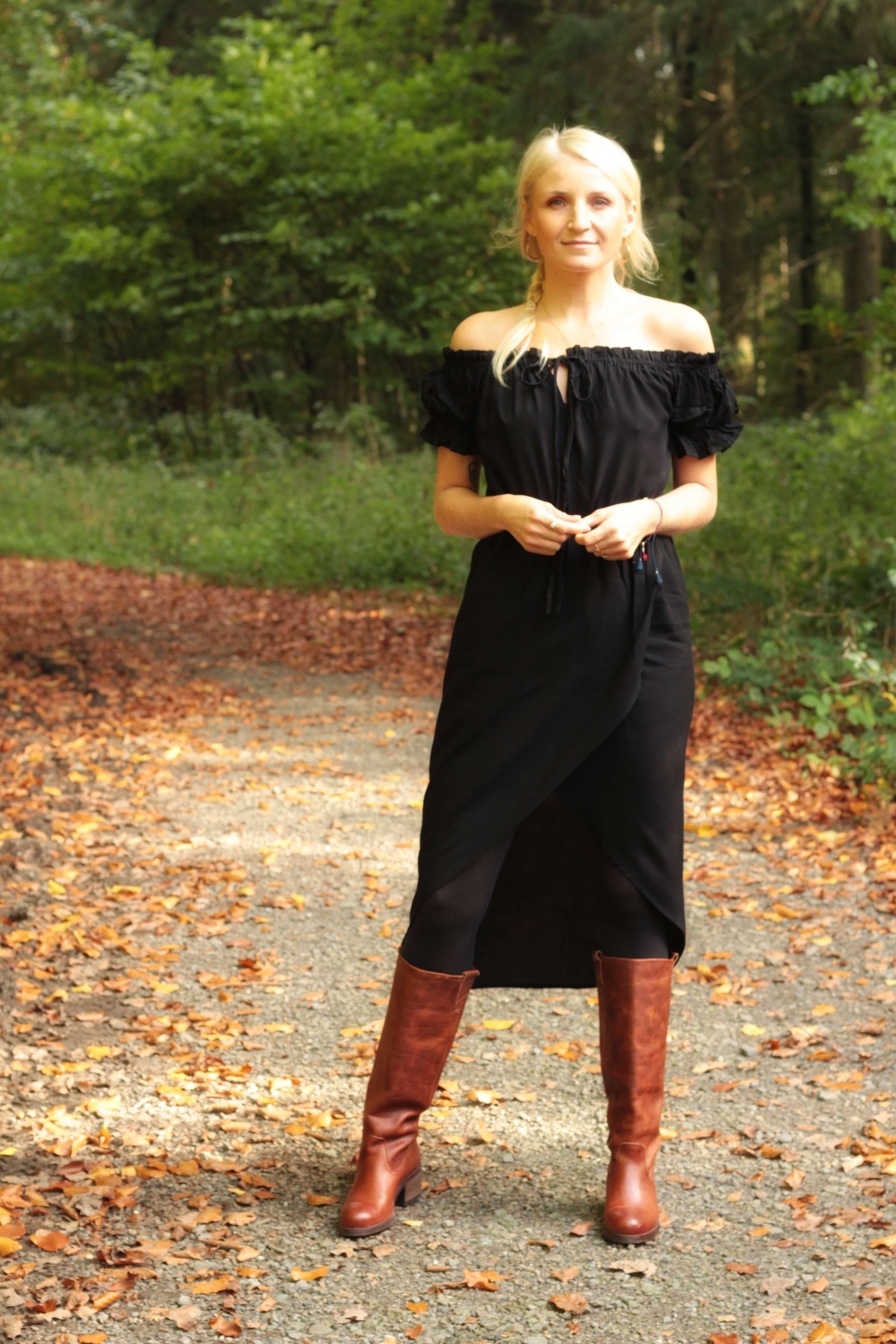 boho herbst outfit - off shoulder kleid schwarz mit boots