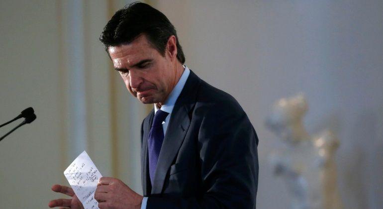 Soria el mediático ministro que apagó mil fuegos antes de claudicar http://bit.ly/1SFJJrL #economia
