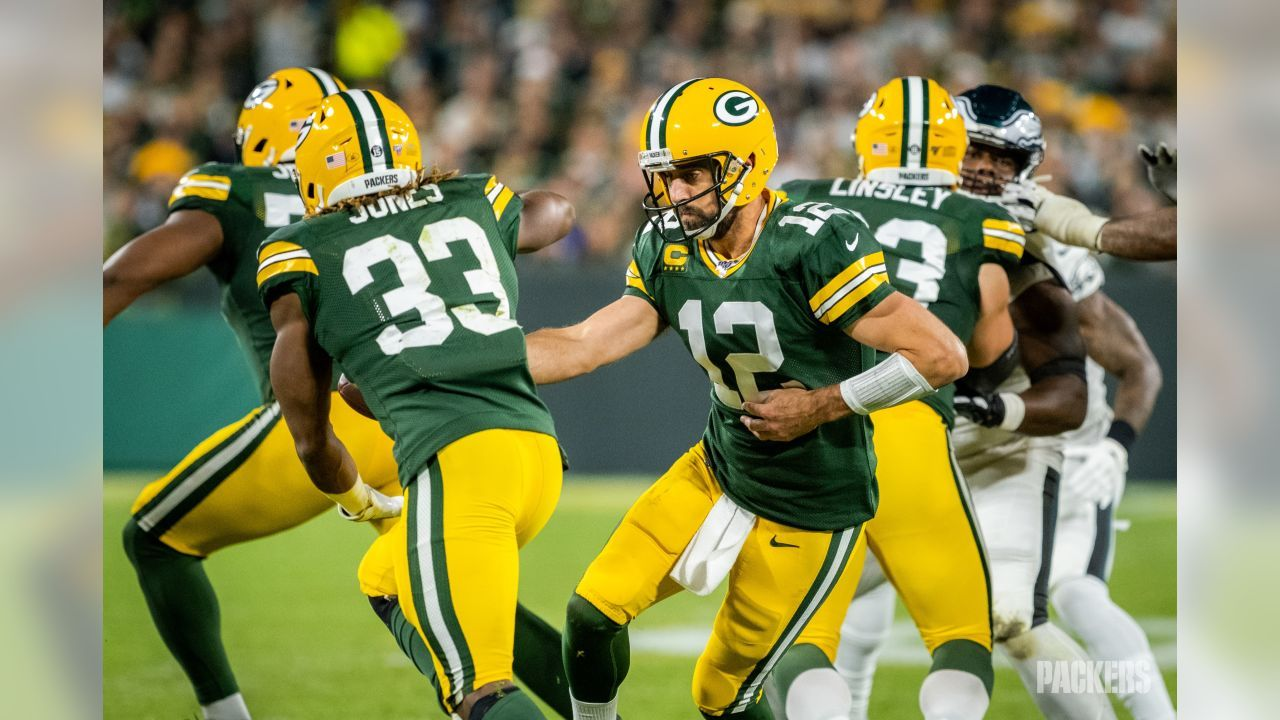 9 26 2019 Aaron Jones Getting A Hand Off From Aaron Rodgers In 2020 Packers Green Bay Packers Jordy Nelson