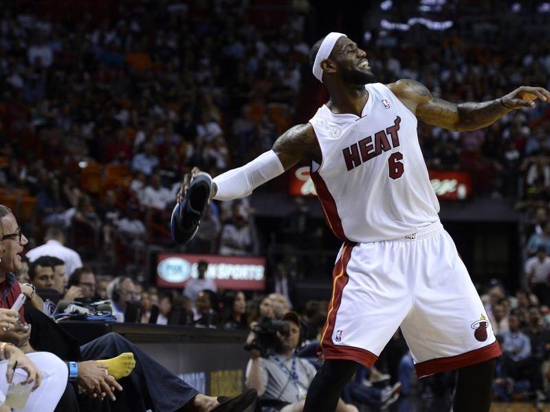 LeBron James hat beim Spiel der Miami Heat gegen die Milwaukee Bucks viel Zeit für Späße. Beim Sieg des NBA-Meisters droht er einem Fan, seinen Schuh über das Spielfeld zu werfen. (Foto: Rhona Wise/dpa)
