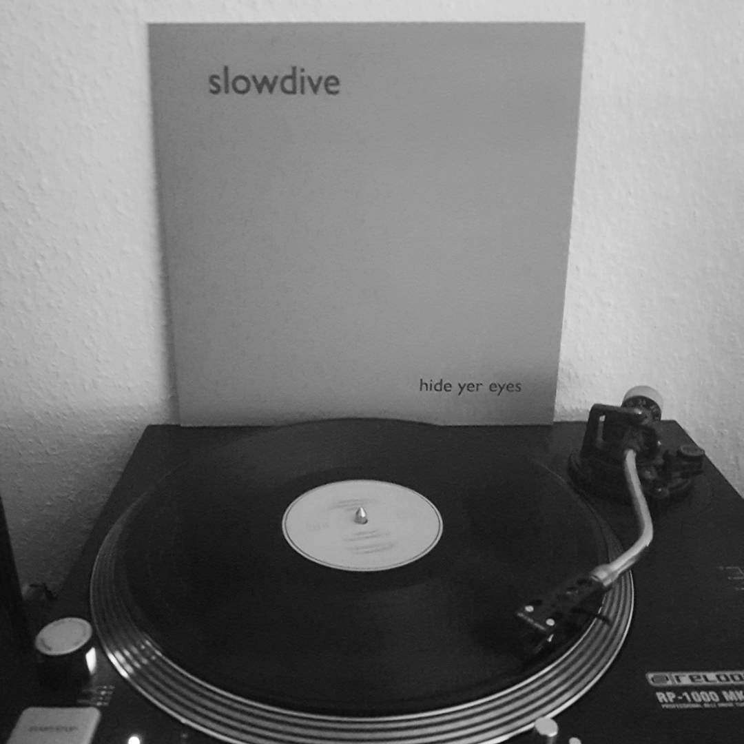 Slowdive - Hide Yer Eyes [Alti Philosophi]. These early recordings are pure gold. #nowspinning #slowdive #shoegaze #instavinyl #nowplaying #vinyl #vinylcollection