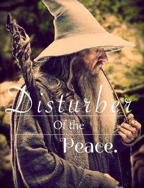 Frodo: Nunca teníamos aventuras ni hacíamos nada inesperado.  Gandalf: Si te refieres al incidente con el dragón, yo no tuve nada que ver. Únicamente le di un empujocito para que saliera.  Frodo: A pesar de todo te han puesto la etiqueta de perturbador oficial de la paz.