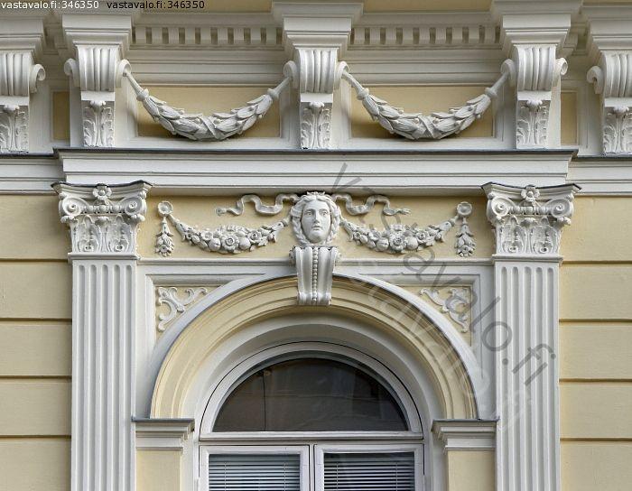 Talon koristeita Turussa - koristeellinen koristeltu koriste koristeet arkkitehtuuri arkkitehtoninen friisi uusklassismi uusklassinen seinä reliefi kasvokuva ikkuna kaari-ikkuna rakennushistoria tyylisuunta rakennuskulttuuri pilasteri pilasterit