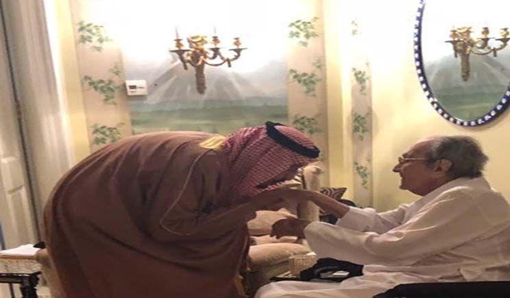 العاهل السعودي ينحني لتقبيل يد أب الوليد بن طلال صورة News New World