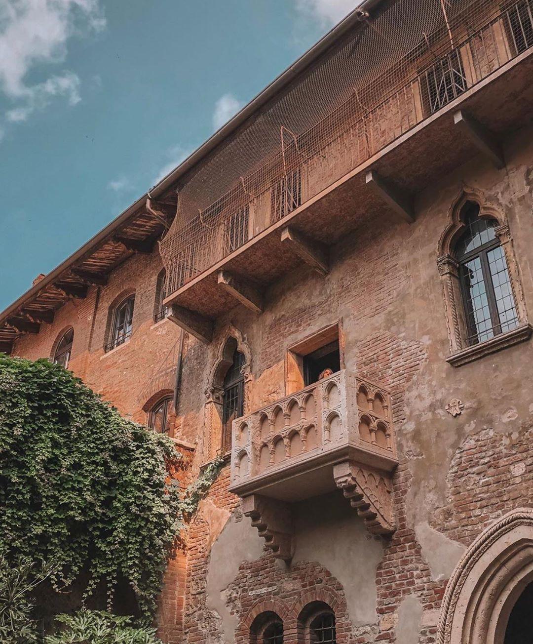 Romeo e Giulietta nella scena del balcone (che non c'è