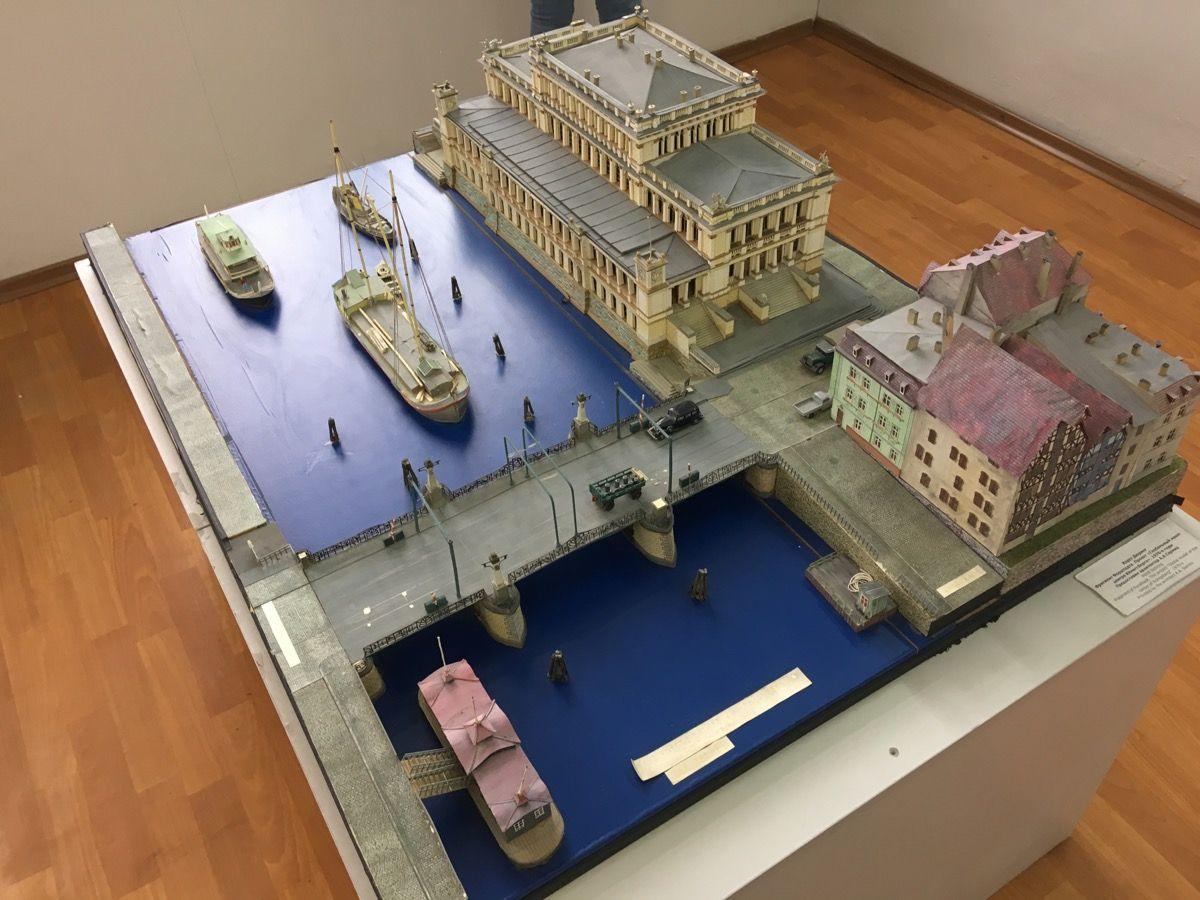 Макет здания биржи, моста и реки