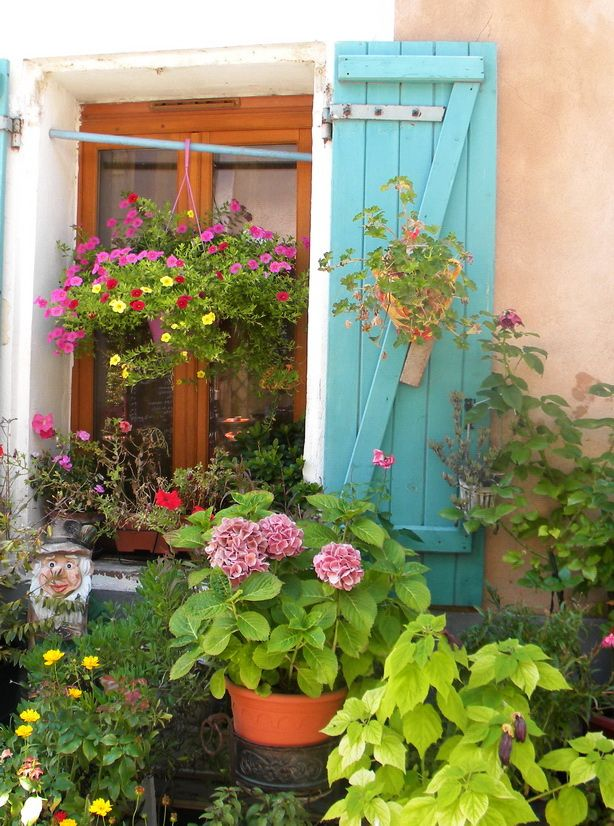 French window & shutters - typical of the holiday cottage way of life (www.leshiboux.com)