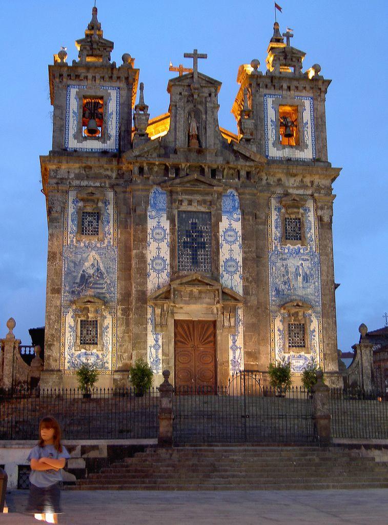 https://flic.kr/p/4VcHfe   Tiled Church (Porto - Portugal)   Paseando por Porto me encontré con esta pequeña iglesia, la parroquial de San Idelfonso. Me llamó la atención, acostumbrado a las iglesias románicas de mi Galicia, el colorido de los azulejos, tan típicos (y tópicos) de Portugal.  Se trata de una pequeña iglesia del siglo XVIII cuyos azulejos son obra del pintor Jorge Colaço y en ellas se representan escenas de la vida del santo patrón.