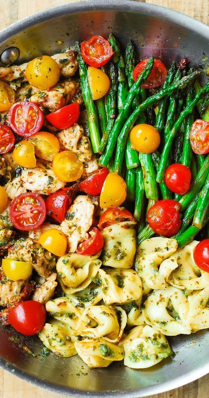 Eintopf-Pesto-Hähnchen, Tortellini und Gemüse - ein gesundes, erfrischendes Abendessen im mediterran...