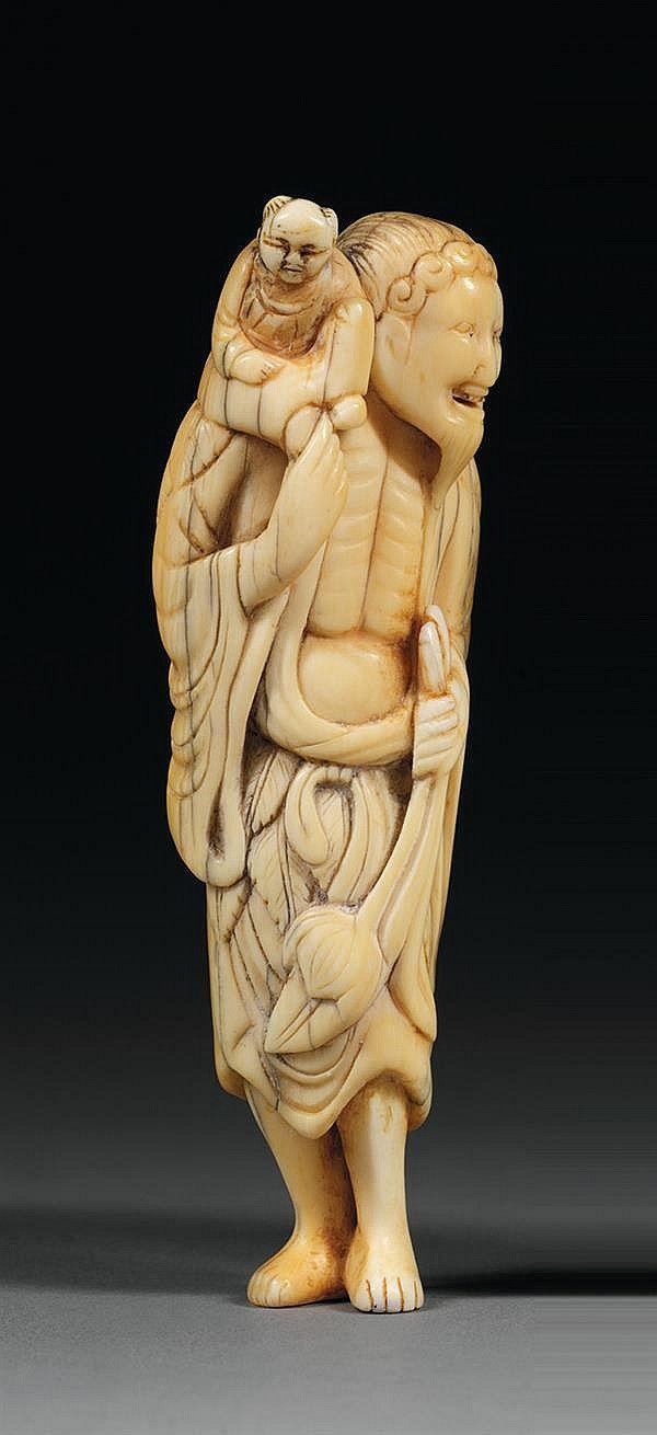 NETSUKE en ivoire, représentant un sennin en pied, un karako sur l'épaule droite et un lotus dans la main. (Restaurations au torse du karako). Japon, période Édo, XVIIIesiècle. AN IVORY OKIMONO, JAPAN, EDO PERIOD, 18TH CENTURY. HAUT. 9cm (3 9/16 IN.)