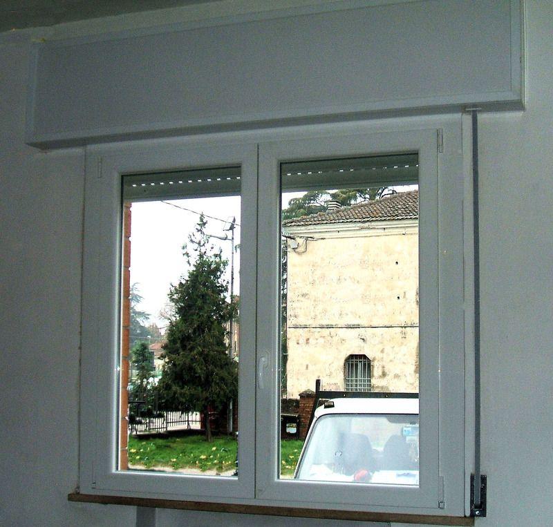 Finestra in pvc bianco a due ante con cassonetto e for Finestre pvc con tapparelle