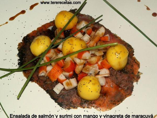 Ensalada de salmón ahumado y surimi con mango y vinagreta de maracuyá.