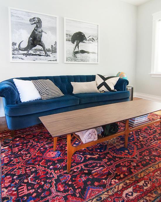 ægte tæppe og BLÅ sofa og teakbord