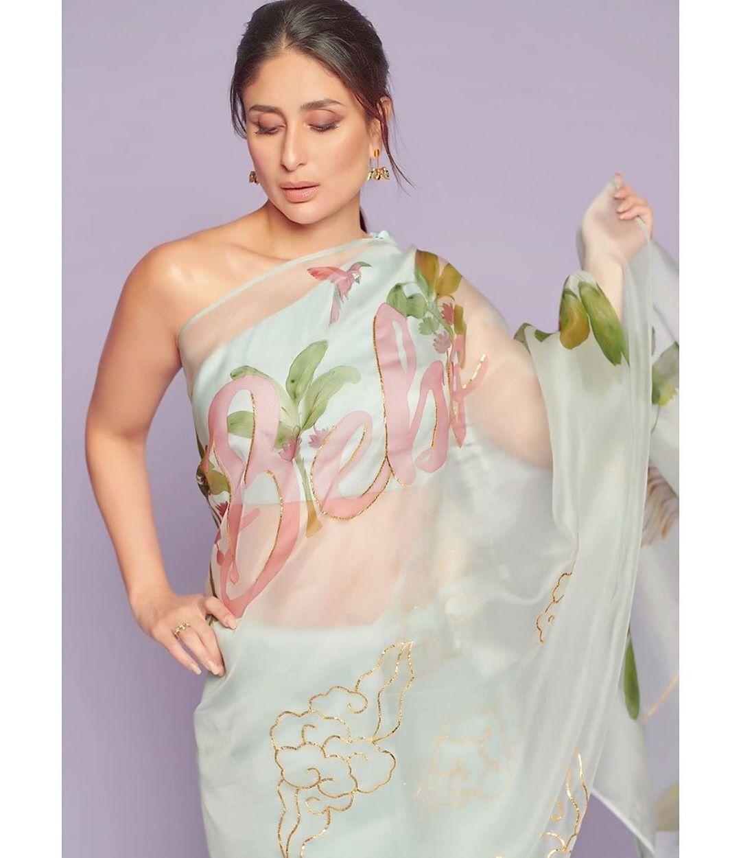 Kareena Kapoor Khan Proves That She Is Her Favourite With Her Bebo Print Saree Moviekoop Bollywood Designer Sarees Kareena Kapoor Fashion Attire