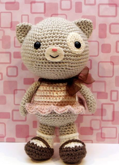 Calliope Cat ($ 5.00 USD) ~ Pattern designed by Little Muggles. This pattern is a detailed pdf file of 9 pages with step-by-step pictures to help you.   The finished cat is 9,5 inches in height (about 24 cm). | amigurumipatterns.net