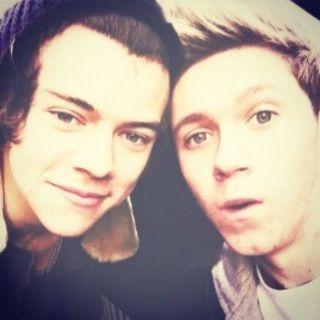 Hazza llego a buscar y Niall poniendole horarios, pero juntos son perfectos ♥ Narry ♥