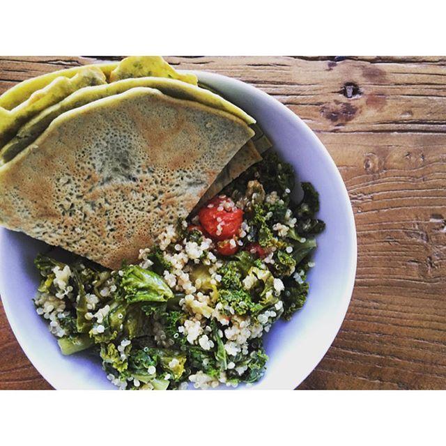 Fordelen ved at få @aarstiderne til to, er at der er rester når jeg kommer sent hjem😏 Grønkåls-quinoa-salat med spinat-boghvedepandekager on-the-side (årh, det lyder godt nok hippie-helset, men hey, det smagte godt...). #hippiehelse #madpåtominutter #aarstiderne #økologi #vegetar