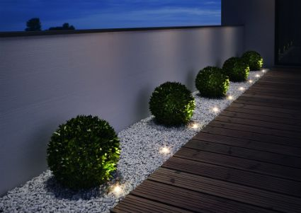 Peque as luces de jardin gardens for Jardines iluminacion exterior