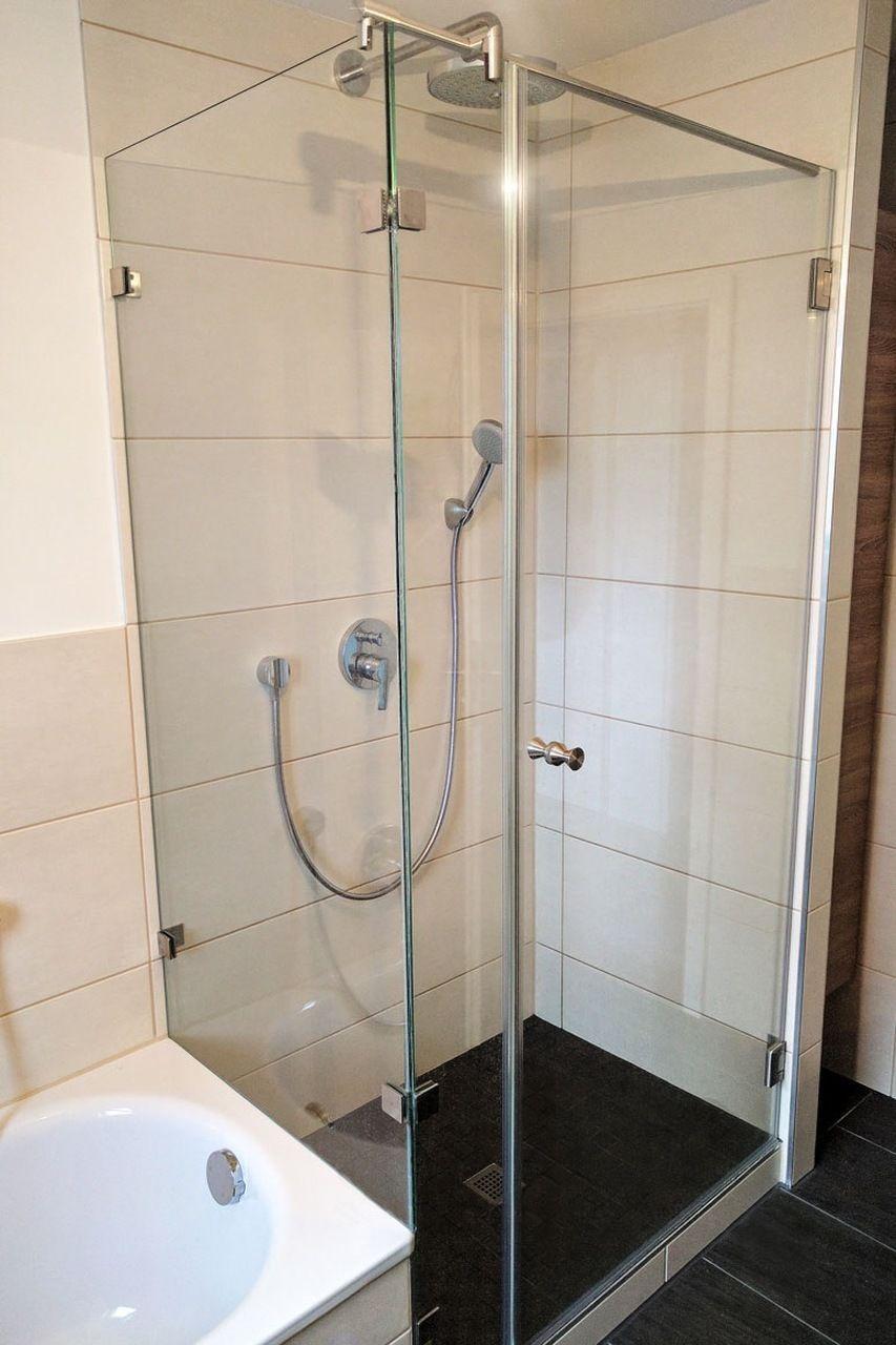 Dusche Aus Glas Mit Silbernen Profilen Aus Hochwertigen Materialien Duschkabine Glas Glasdusche Hochwertig Hochwertige Glasduschen Dusche Duschabtrennung