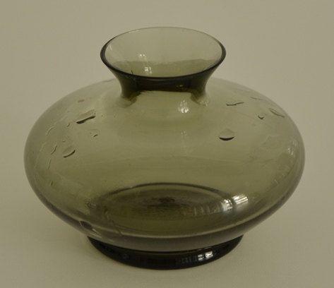 Minimalistische Mid-century Rauchglasvase für eine Blume Bauchig Glasdesign Less is more! Hausdekor Hinguckler 1960s von VintageLoppisStyle auf Etsy