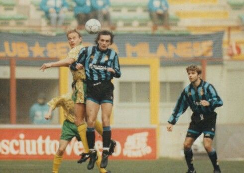 Inter Milan 1 Norwich City 0 (2-0 agg) in Dec 1993 at the San Siro. Jeremy Goss wins this header in the UEFA Cup 3rd Round, 2nd Leg.