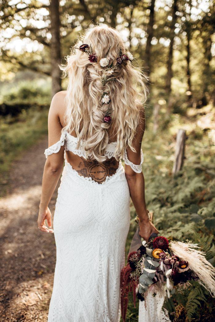 Peinado de novia: medio suelto con trenza y flores.  – Peinados