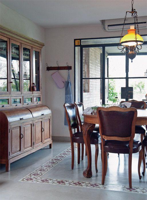 El comedor ubicado en l nea con la cocina tiene tambi n for Cocina con muebles antiguos