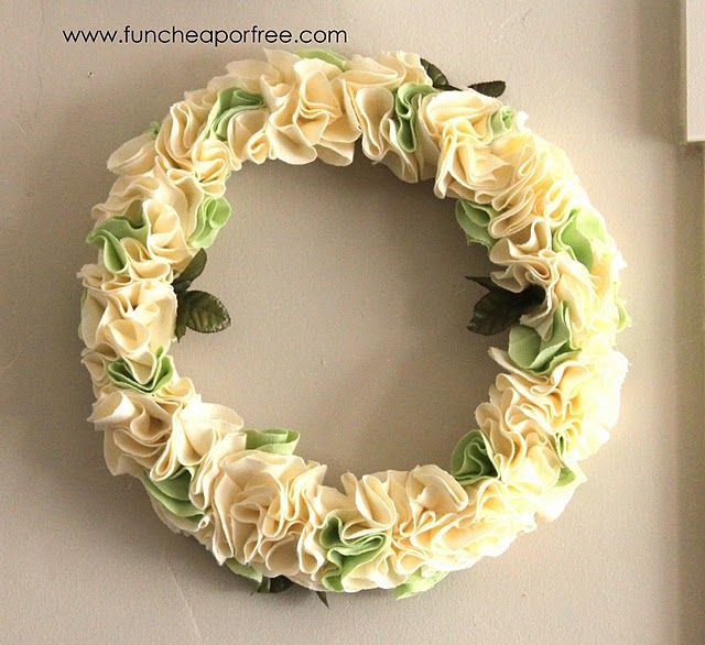 How to make a rosette wreath. So easy, just cut circles from fabric and start gluing!