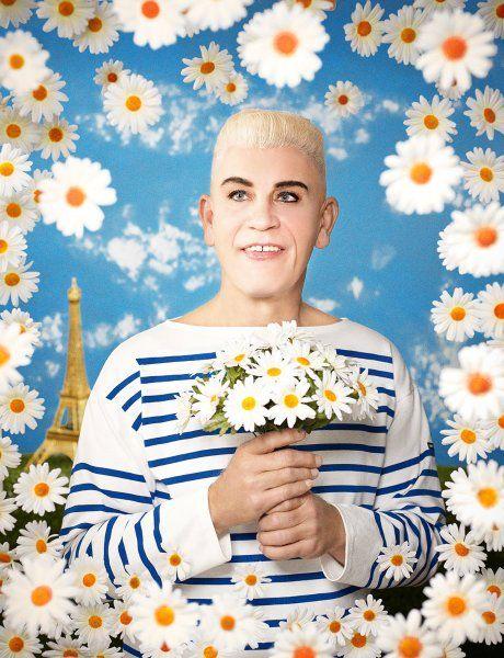 Modeschöpfer Jean Paul Gaultier trat 1990 inmitten einer künstlichen Blumenwelt vor die Kamera.