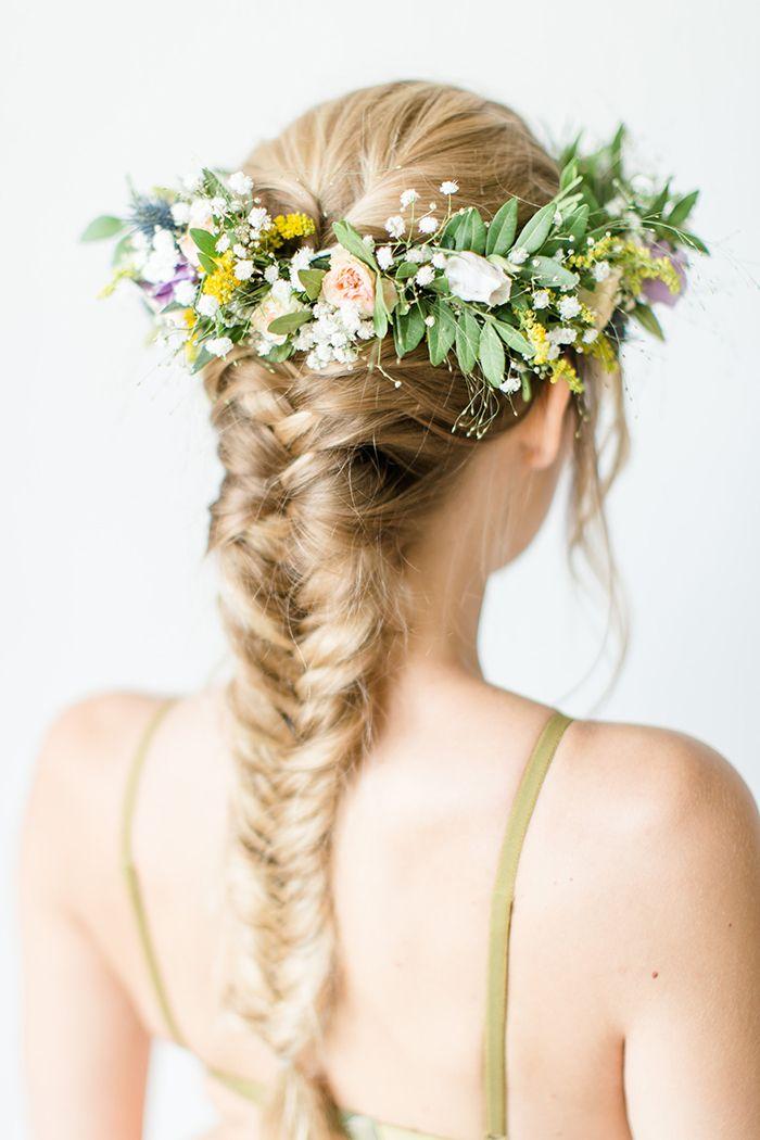 Romantisches Boudoir Mit Blumenkranz Blumenkrone Hochzeit Brautfrisuren Mit Blumen Blumenkranz Hochzeit