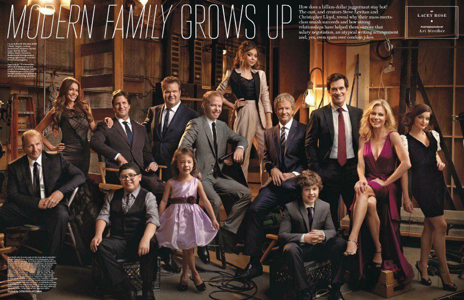 The Cast Of Modern Family From The Hollywood Reporter Modernfamily Abc Large Family Photos Family Portraits Family Posing
