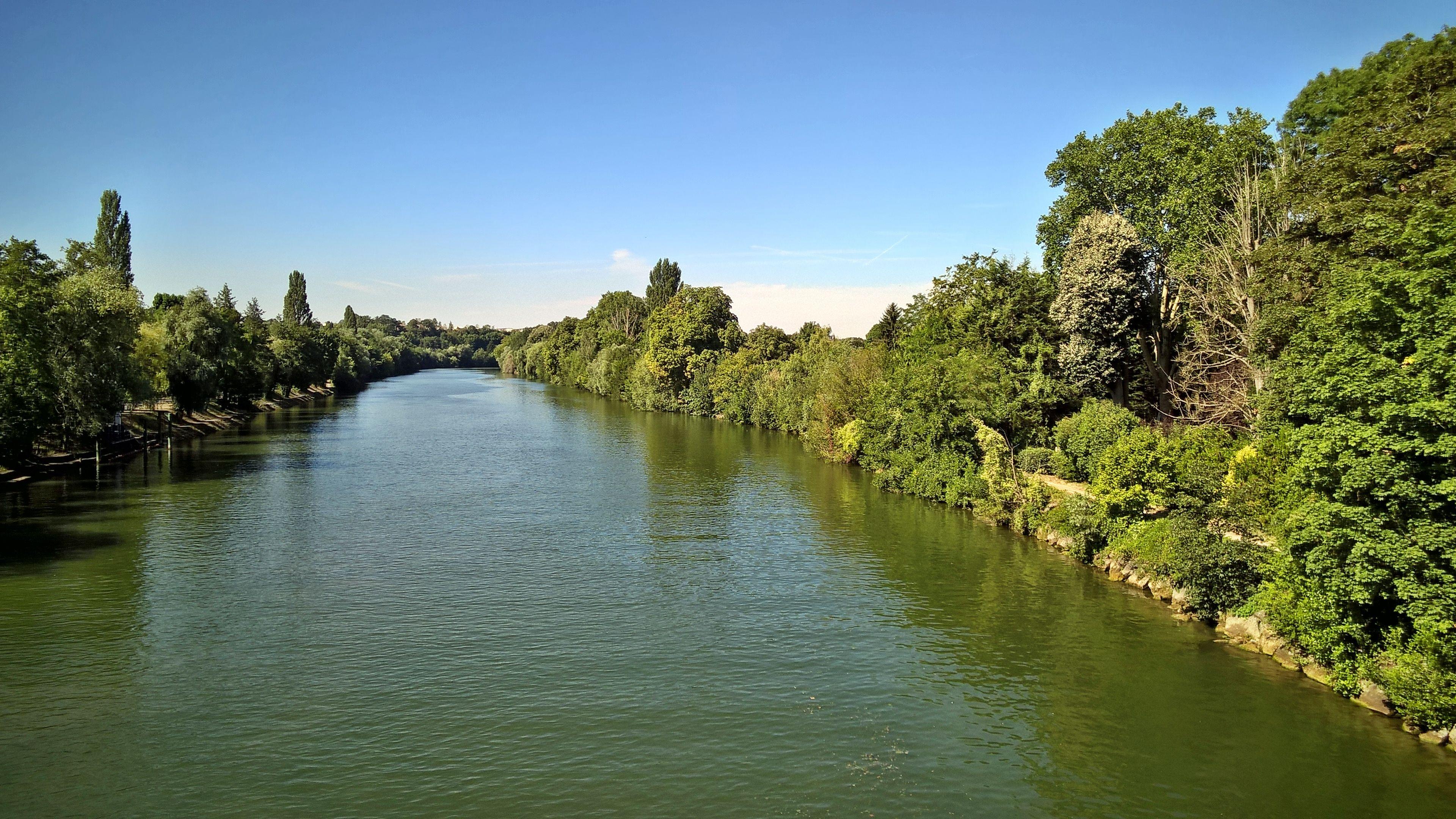 Sur le pont d'Auvers-sur-Oise.