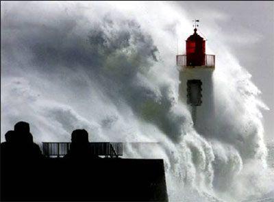 Faro con gran ola