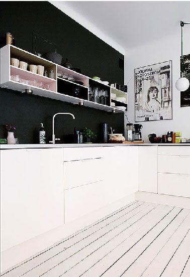 crédence peinte en noir et casiers rangement dans cuisine blanche ...