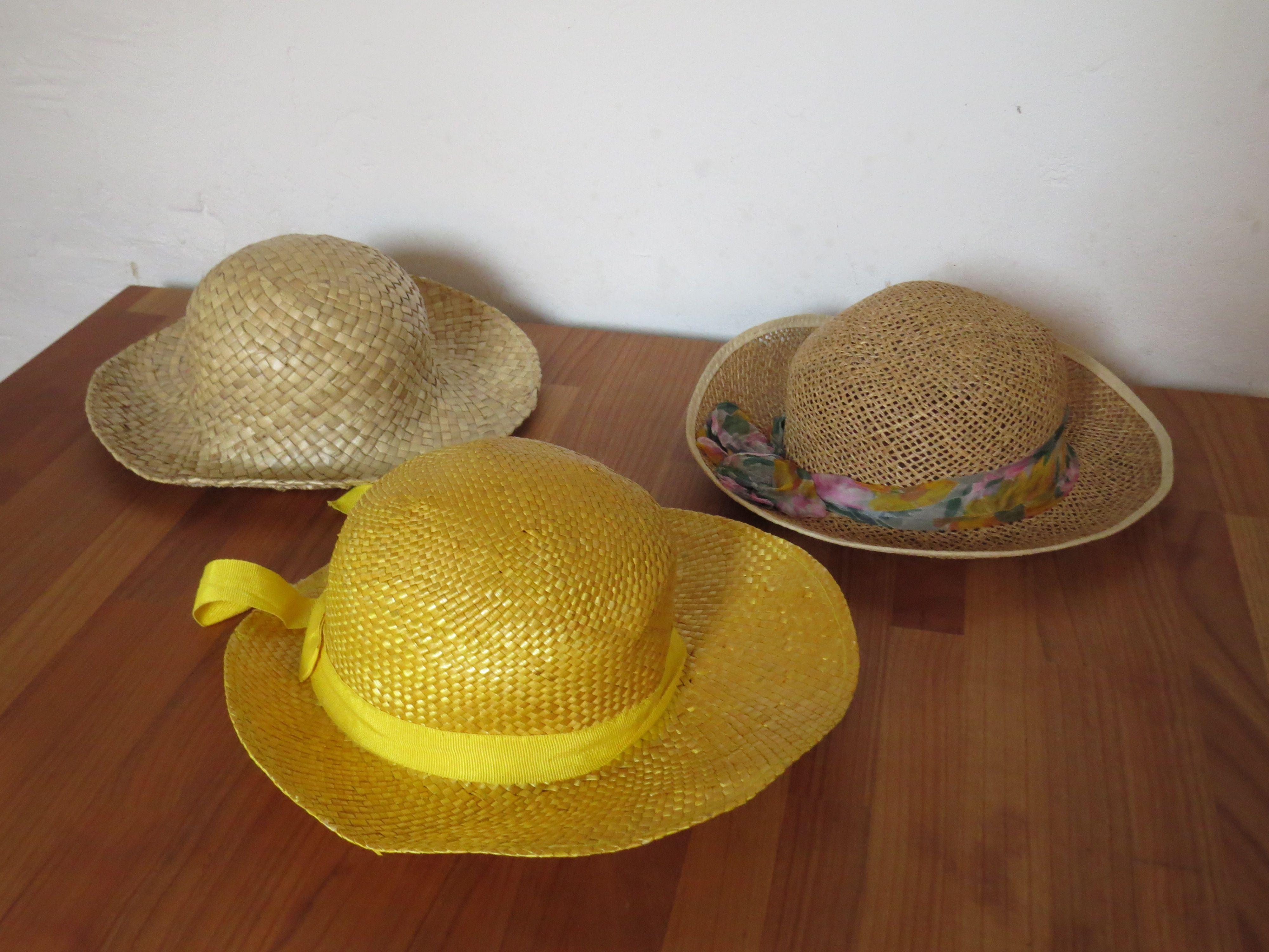 drie geschikte hoeden. three suitable hats, drie passende huete. trois chapeaux bien.