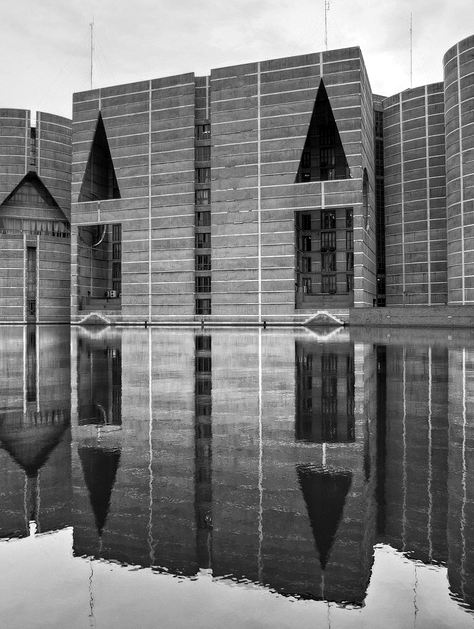 Louis i kahn national assembly building of bangladesh for Louis kahn buildings