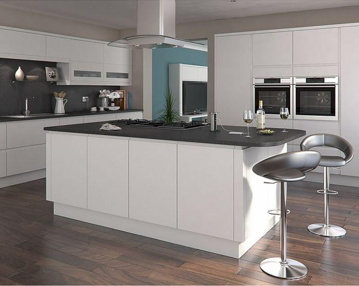 eine sehr moderne Küche mit dunklem Parkettboden, blaue Wand - moderne kuche