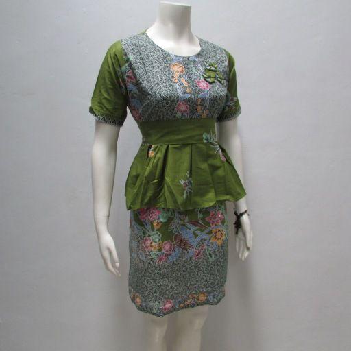 desain terbaru dari pakaian wanita yang menggunakan model ...