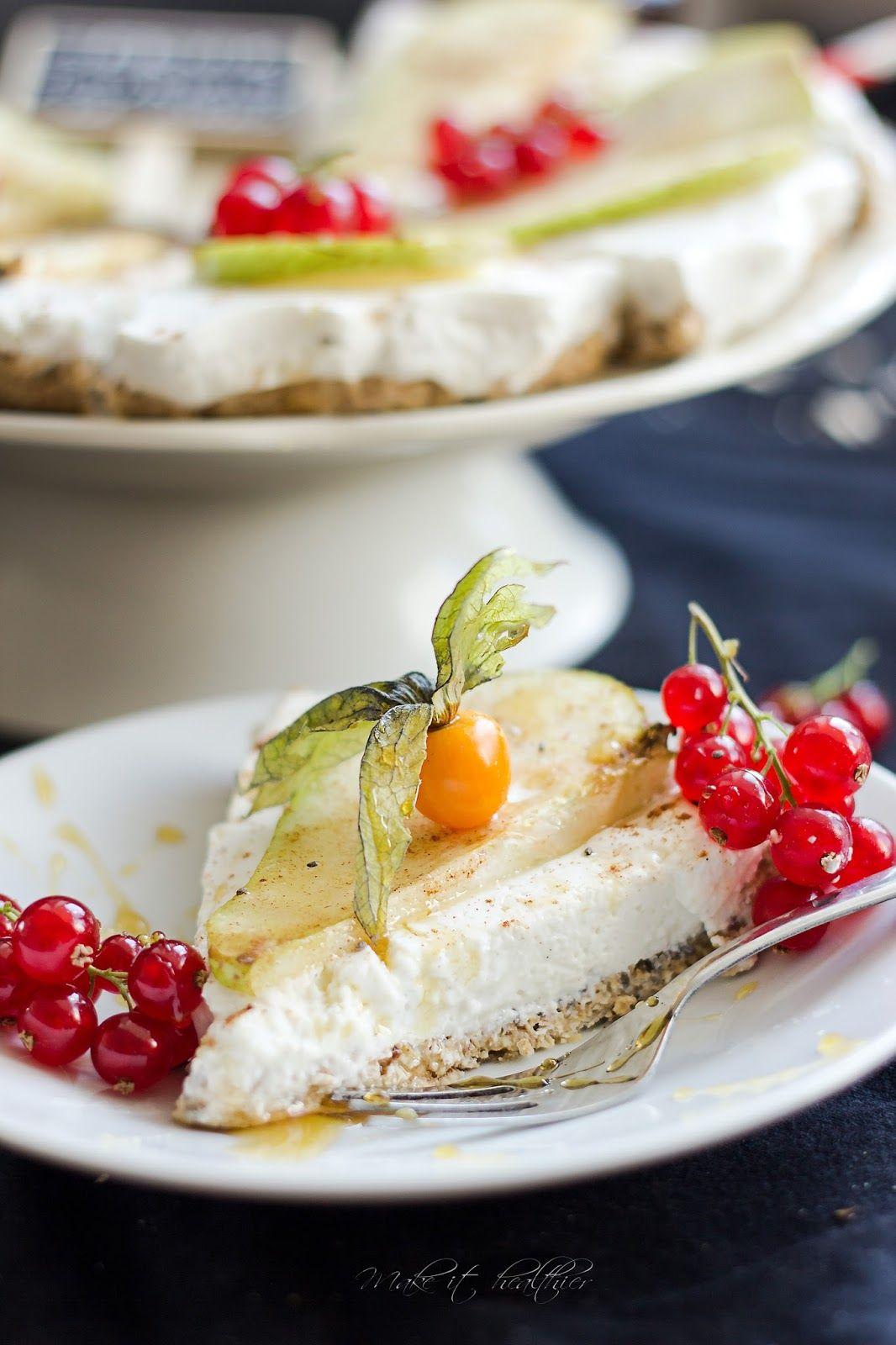 Make it healthier: Sernik jogurtowy na owsiano-daktylowym spodzie, podany z cynamonową gruszką w miodzie