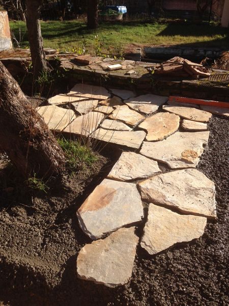 Detalle de la piedra natural colocada en este patio leon s for Patios con piedras