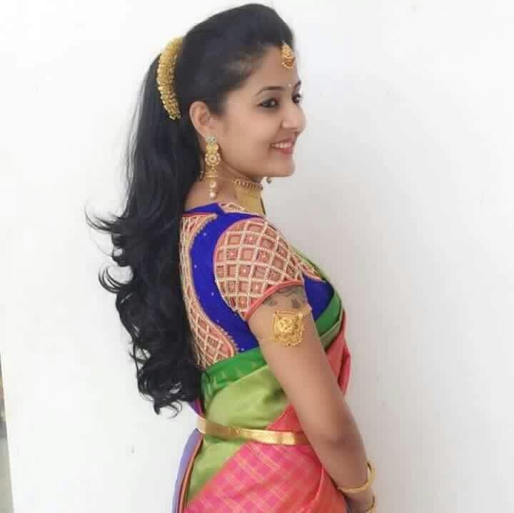 Beautiful Bride With Cute Smile And Simple Make Up Hairstyle Saree Hairstyles Indian Hairstyles Indian Bride Hairstyle