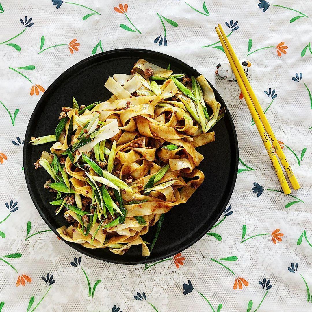 青蒜肉燥面,吃饱上课  #damengkitchen #大萌小厨 #cooking #breakfast #lunch #dinner...