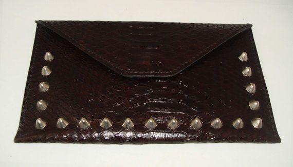 Bolso de mano decorado con tachuelas