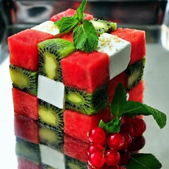 Corta pequeños cubos de queso panela, sandía y kiwi. Acomódalos de tal manera que formes un cubo muy parecido a los famosos cubos Rubick.